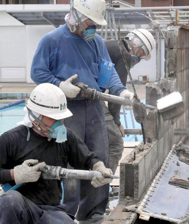 撤去作業が始まった中学校の塀(大阪府池田市)