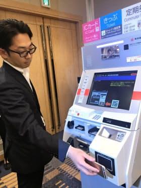 スマホに表示したQRコードを読み取り部(右下)にかざすと現金を引き出せる(13日、東京・渋谷)