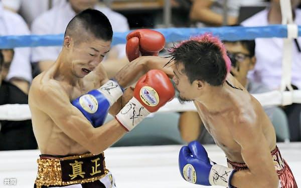 7回、ビック・サルダール(右)のパンチを受け、ダウンを奪われる山中竜也(13日、神戸市立中央体育館)=共同
