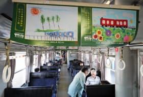 全線復旧を記念したイラストが飾られたJR久大線の車内(14日午前、大分県日田市)