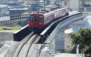 全線復旧し花月川橋梁を渡るJR久大線の車両(14日午前、大分県日田市)