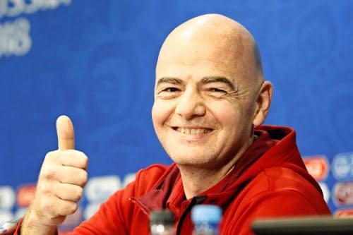 記者会見で笑顔を見せるFIFAのインファンティノ会長=共同