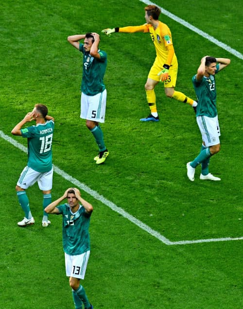 韓国の堅固な守備を攻めあぐね、頭を抱えるドイツ選手。前回覇者のドイツは1次リーグで敗れた=ロイター