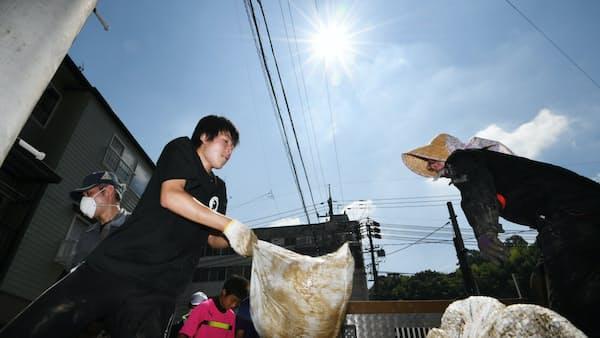 泥かきやごみ撤去に汗 被災地でボランティア活動本格化