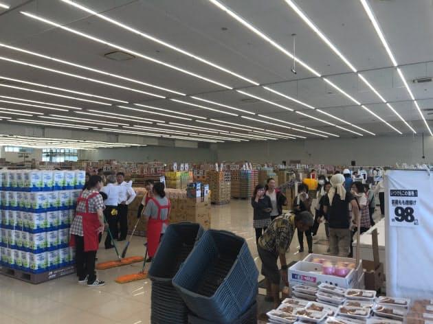 営業再開した「ディオ真備店」には多くの客が訪れた(14日、岡山県倉敷市真備町地区)