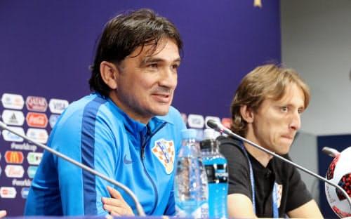 決勝を前に記者会見するクロアチアのダリッチ監督(左)とモドリッチ(14日、モスクワ)=三村幸作撮影
