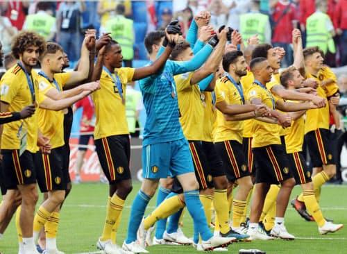 3位となり、サポーターの歓声に応えるベルギーの選手(14日、サンクトペテルブルク)=沢井慎也撮影