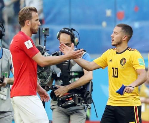 試合終了後、健闘をたたえ合うイングランドのケーン(左)とベルギーのE・アザール=沢井慎也撮影