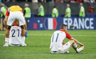 フランスに敗れ、座り込むブロゾビッチ(右)らクロアチアの選手=三村幸作撮影