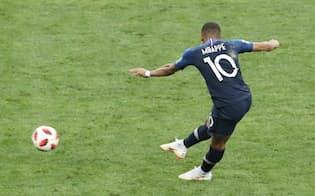 後半、4点目のゴールを決めるフランスのエムバペ=沢井慎也撮影