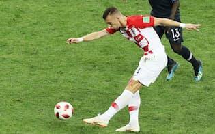 前半、同点ゴールを決めるクロアチアのペリシッチ=沢井慎也撮影