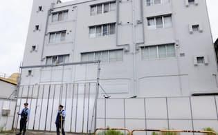 警察官らが警戒を続けるアレフの施設(7日、東京都足立区)
