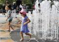 39.0度を観測した岐阜市で水遊びする子どもたち(16日午後)=共同