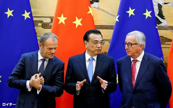 16日、中国の李克強首相(中)と会談した欧州連合(EU)のトゥスク大統領(左)とユンケル欧州委員長(北京)=ロイター