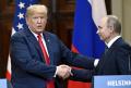 16日、記者会見で握手を交わすトランプ米大統領(左)とロシアのプーチン大統領(ヘルシンキ)=AP