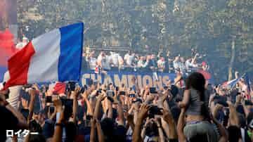 W杯で優勝したフランス代表を祝福するファンら=ロイター