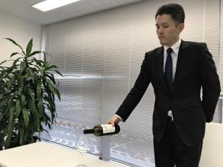 富裕層向けサービス経験が豊富な執事はワインサービングなどマナー講座も手掛ける