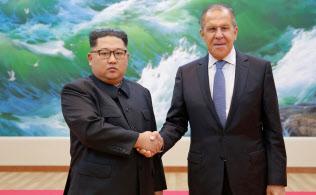 5月末にロシアのラブロフ外相(右)と平壌で会談した金正恩氏はカメラの前で硬い表情をみせた=朝鮮中央通信・ロイター