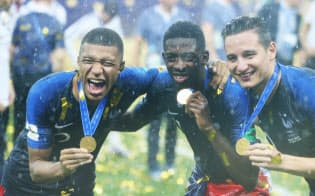 優勝を果たし、喜ぶエムバペ(左端)らフランスの選手=三村幸作撮影