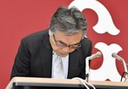 記者会見で一連の不祥事を謝罪する巨人の石井一夫球団社長(17日午後、東京・大手町の球団事務所)=共同