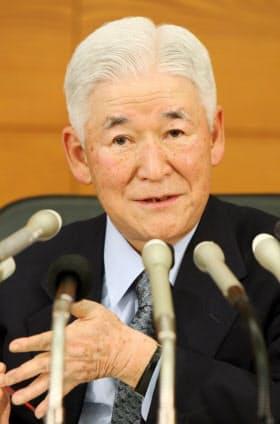 記者会見する福井日銀総裁