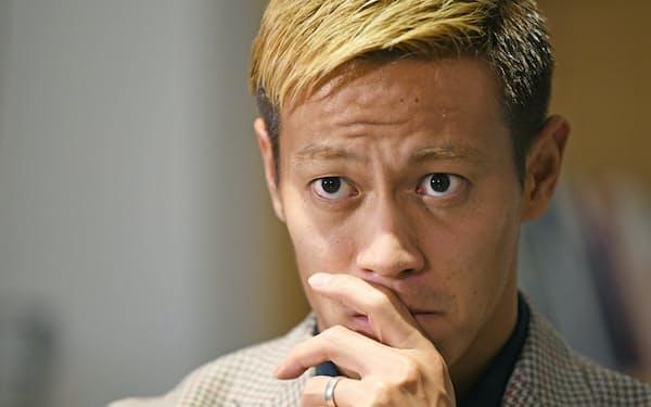 インタビューに答える本田圭佑氏(16日、東京都渋谷区)