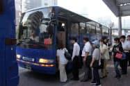 JR西日本は運休する呉線の代替として呉駅前と広島駅前とを結ぶバスの運行を始めた(広島県呉市の呉駅前)