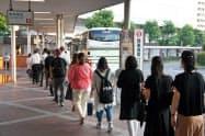 呉駅前のバス乗り場には午前6時過ぎには広島バスセンター行きのバスに乗客の列ができた(広島県呉市)