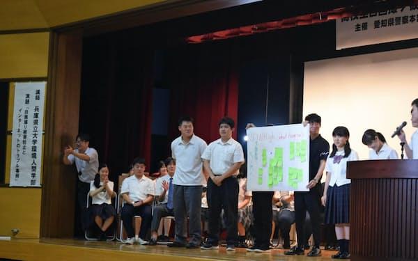自画撮り被害の防止策をポスターで発表する高校生(17日、名古屋市)