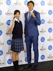 アジア大会へ向けて意気込みを見せる競泳女子の池江璃花子(左)と陸上男子十種競技の右代啓祐(17日、東京都内)=共同