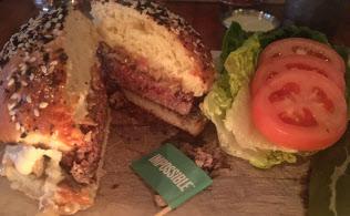NY市のレストランで提供される「牛ひき肉の風味をもったベジバーガー」。肉好きの人が喜んで食べられる食感と風味を売りにする