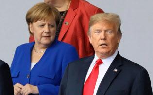 トランプ米大統領(右)はEUに厳しい姿勢で臨んでいる=ロイター