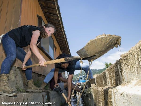 米海兵隊員は山口県岩国市で清掃ボランティアに参加した(14日)=在日米大使館提供