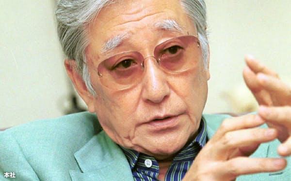 インタビューに応じる浅利慶太さん(2001年)