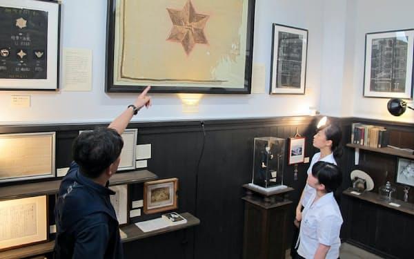 日本最古の校旗や明治時代の試験問題など約70点を展示している