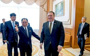昼食会に向かうポンペオ米国務長官(手前右)と金英哲朝鮮労働党副委員長(同左)。右端はソン・キム駐フィリピン米大使(7日、平壌)=ロイター