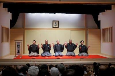 笑福亭仁智・上方落語協会会長(左から2人目)は口上で「ここから将来の上方落語を担う人材を生みたい」と述べた