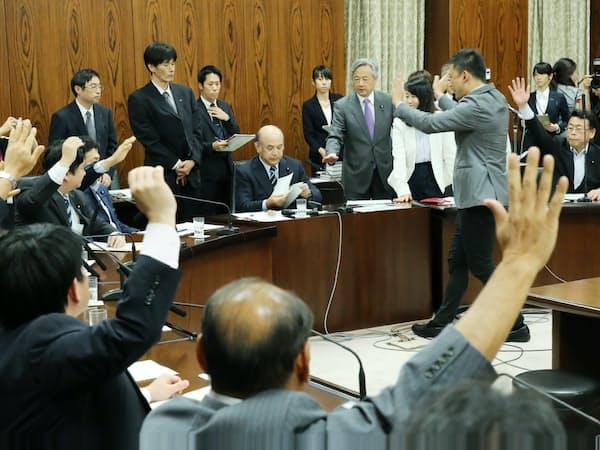 野党が採決に抗議する中、与党の賛成多数でIR実施法案を可決した参院内閣委(19日午後)