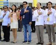 フィリピン・タナウアン市の市長(中)はこの後、何者かに射殺された(2日)=同市提供・AP