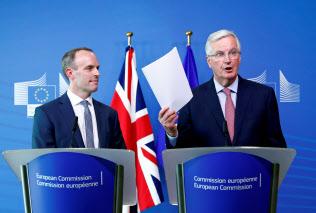 19日にラーブ英離脱相(左)と会談したバルニエ欧州連合(EU)首席交渉官(ブリュッセル)=ロイター