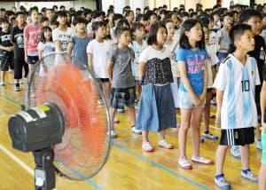 教室の次は体育館にエアコンを設置するかどうかが議論になりそうだ(7月20日、福岡市の小学校の終業式)