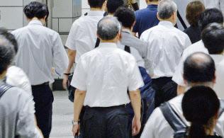通勤する中高年の男性ら(東京・新宿)
