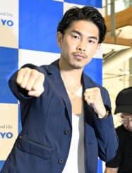 記者会見後、ポーズをとるボクシング元世界王者の井岡一翔(20日午前、東京都渋谷区)=共同