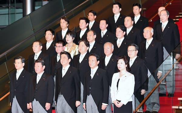 安倍内閣では閣僚の約半数が世襲議員だ