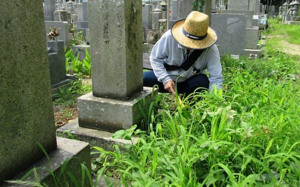 高松市の「墓地清掃サービス」は市シルバー人材センターのスタッフが草刈りや墓石掃除を担う