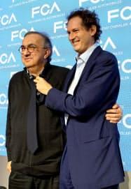 FCAのマルキオーネCEO(左)とエルカン会長(6月、イタリア・バロッコ)=ロイター