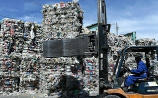 再生資源として中国へ輸出できず、積まれたままのプラスチック廃棄物(東京都内)