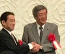握手する自民党の竹下総務会長と岸田政調会長(22日、山形市)