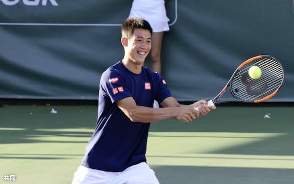 慈善イベントに参加した男子テニスの錦織圭(21日、米ニューポートビーチ)=共同