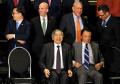 G20会議で、記念写真に納まる麻生財務相(前列右)と黒田日銀総裁(中央)(21日、ブエノスアイレス)=ロイター